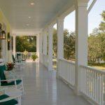Уютная длинная терраса, пристроенная к дому