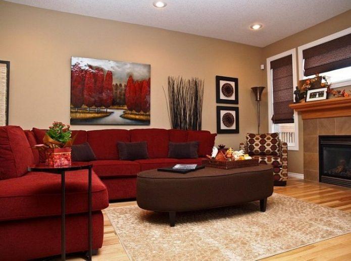 Гостиная с бордовым диваном