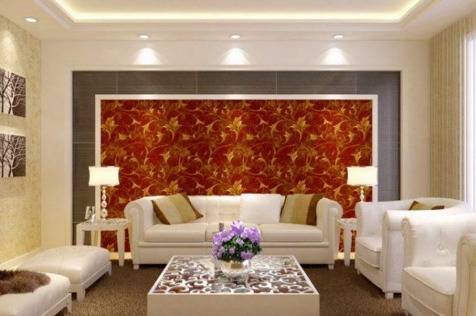 Гостиная с яркой стеной