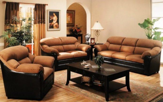Коричневый диван и кресла в гостиной