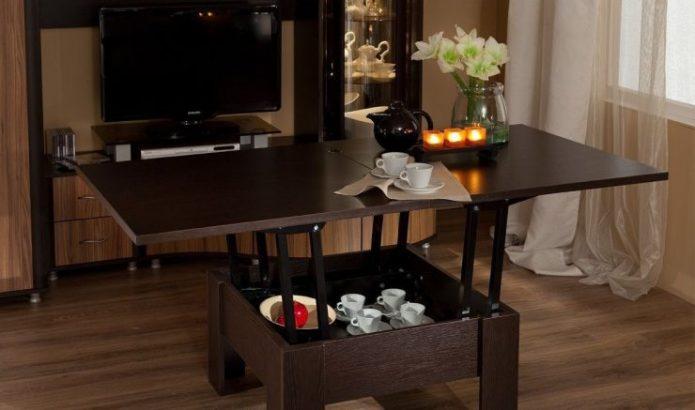 Раскладной стол в гостиной