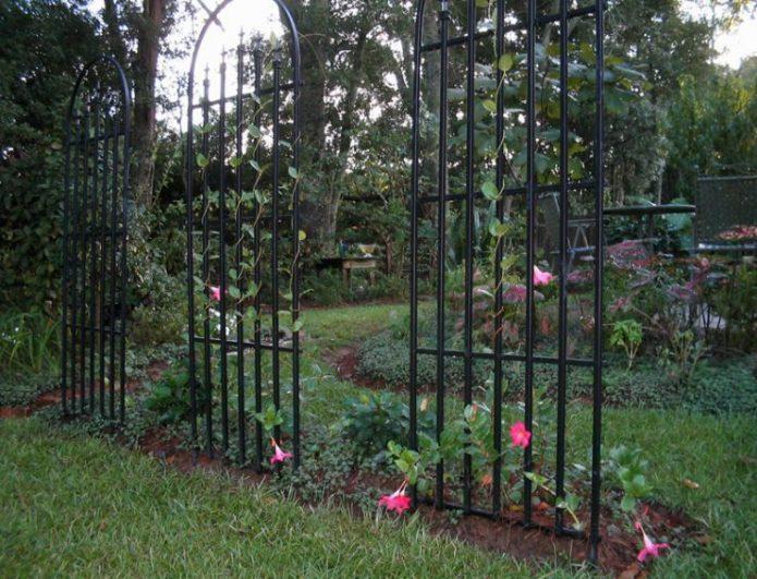Металлические решетки в саду