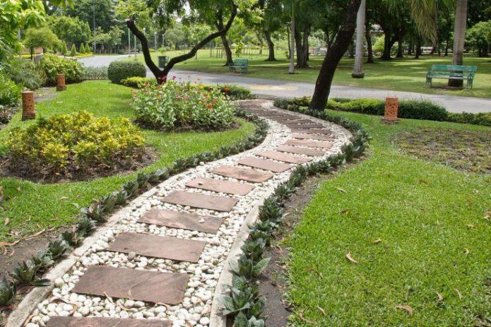 Садовая дорожка из гравия и деревянных элементов
