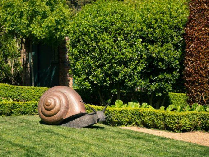 Скульптура улитки на садовом участке
