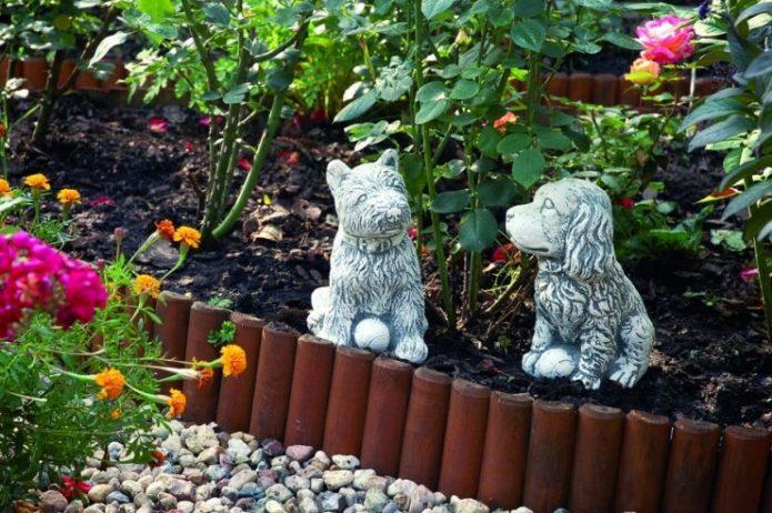 Фигурки собак в цветнике