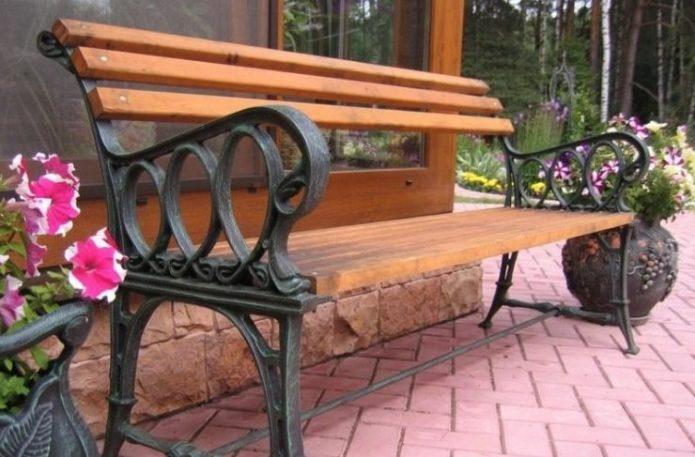 Скамейка из дерева с коваными ножками