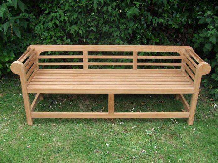 Скамейка с подлокотниками и спинкой из деревянных реек
