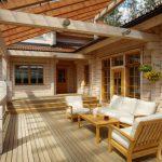 Терраса у дома с деревянным полом