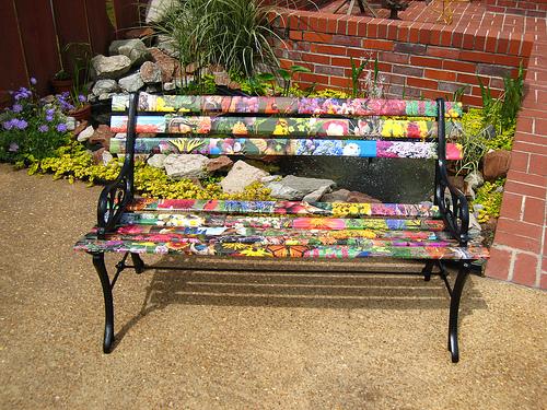 Яркая деревянная скамейка с металлическими опорами