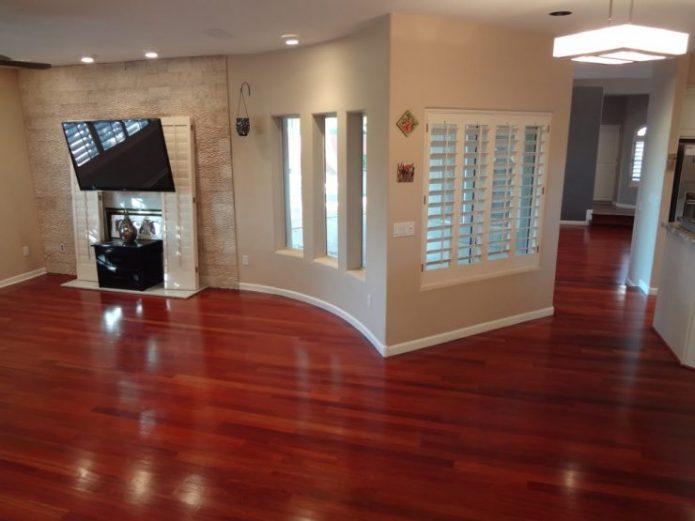 Ламинат на полу в интерьере асимметричной гостиной