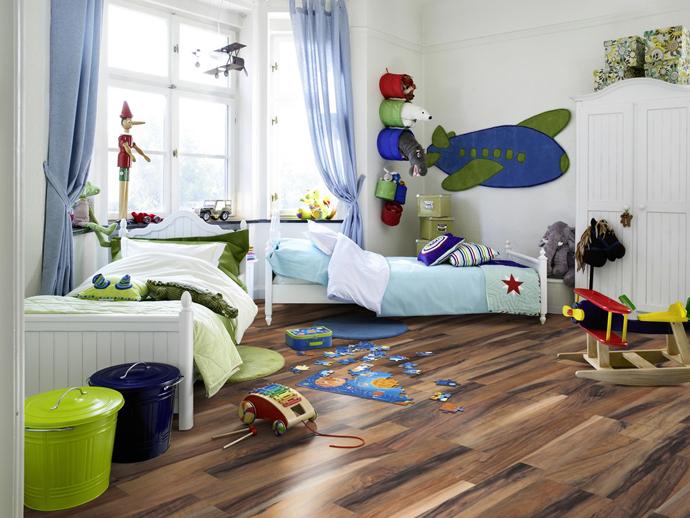 Интерьер детской комнаты с коричневым ламинатов на полу