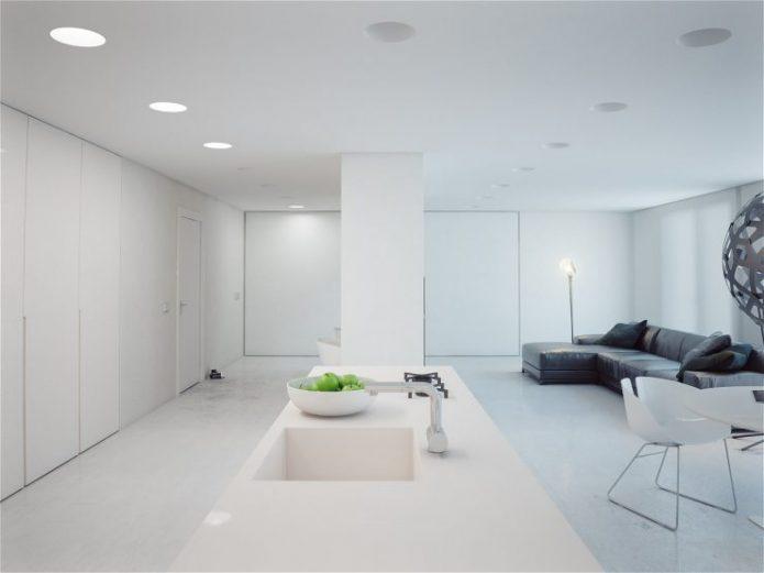 Минималистичный интерьер квартиры-студии в белых тонах