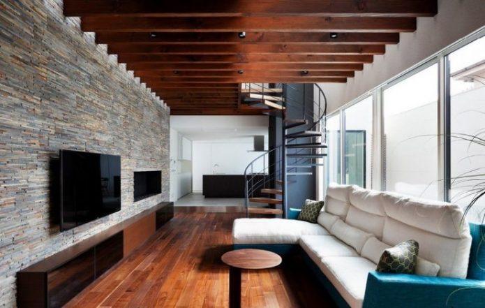 Дизайн узгой гостиной большим окном и винтовой лестницей