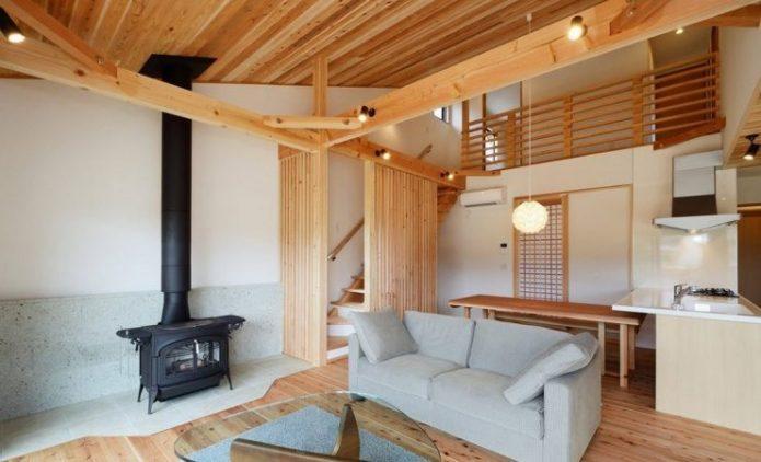 Ламинат с имитацией деревянной поверхности в интерьере гостиной