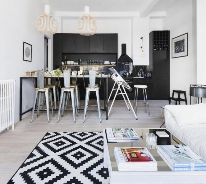 Дизайн черно-белой кухни со светлым ламинатом на полу