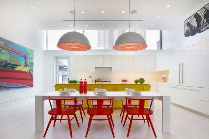 Светлая кухня с яркой мебелью