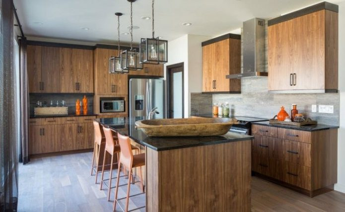 Интерьер кухни с деревянным гарнитуром и потертым ламинатом