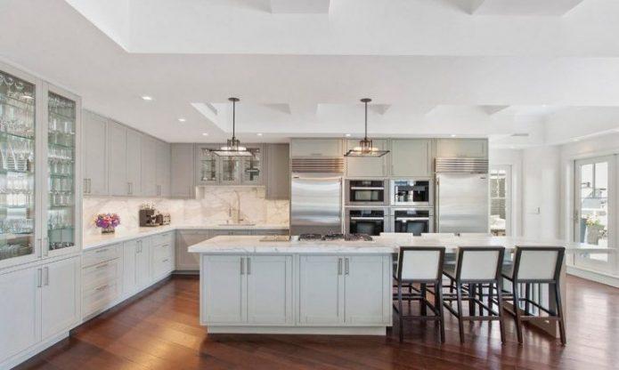 Диагональная укладка ламината в просторной кухне
