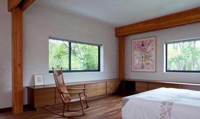 Спальня в с ламинатом коричневого цвета на полу