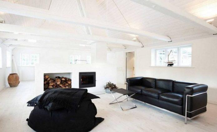 Светлая комната с темной мебелью