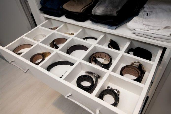 Выдвижной ящик для хранения ремней в шкафу