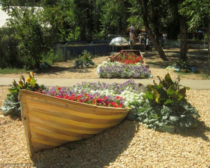 Цветочная клумба в лодке