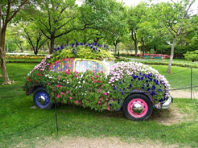 Клумба на старом автомобиле