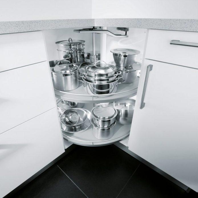 Полка для хранения посуды на кухне