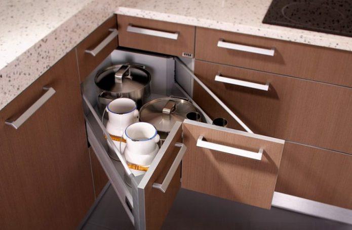 Угловой выдвижной ящик на кухне