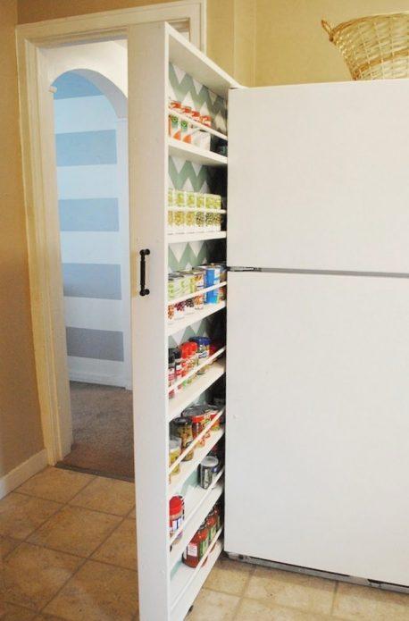 Узкая выдвижная полка за холодильником на кухне
