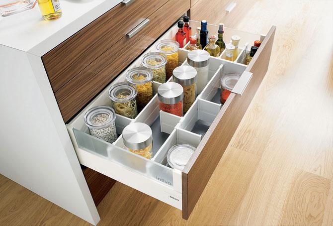 Выдвижной ящик-органайзер для хранения банок на кухне