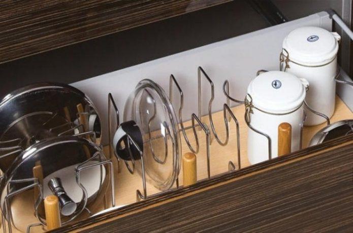 Выдвижной ящик с разделителями для хранения посуды