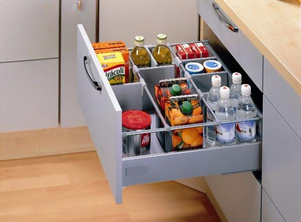 Выдвижной ящик с бутылками и упаковками