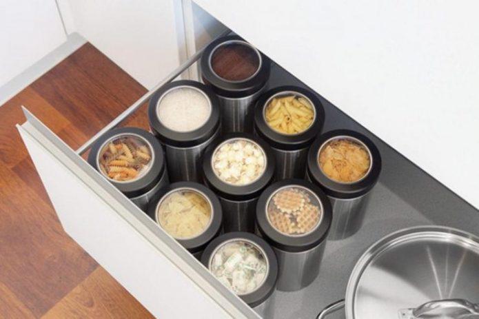 Хранение банок в шкафу на кухне
