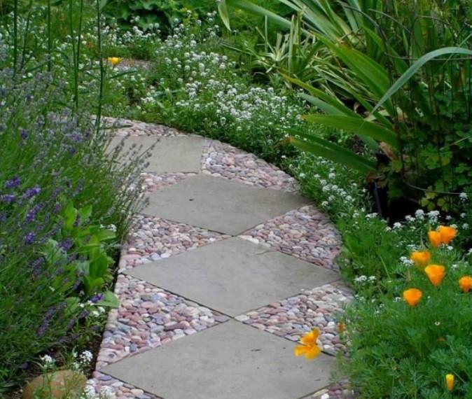 Садовая дорожка гальки и каменных плит