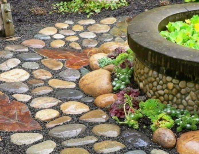 Садовая дорожка из крупной гальки