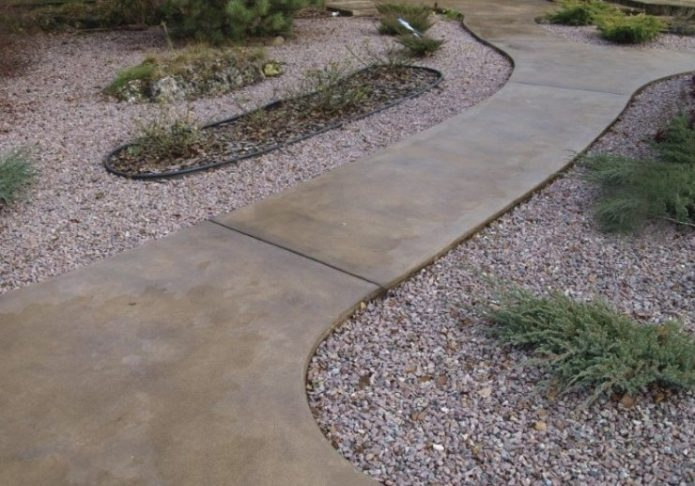 Садовая дорожка из бетона и гальки