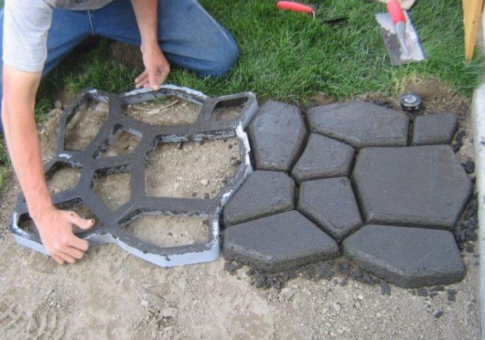 Укладка бетонной дорожки