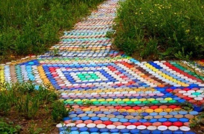 Дорожка из пластиковых крышек