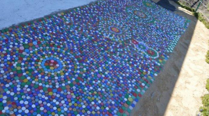 Дорожка из крышек от пластиковых бутылок