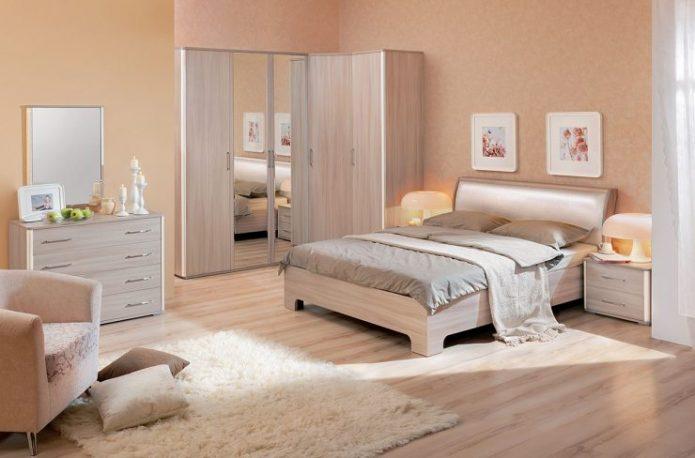 Спальня в бежевых оттенках со светлым ламинатом на полу