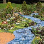 Цветной щебень в садовой композиции