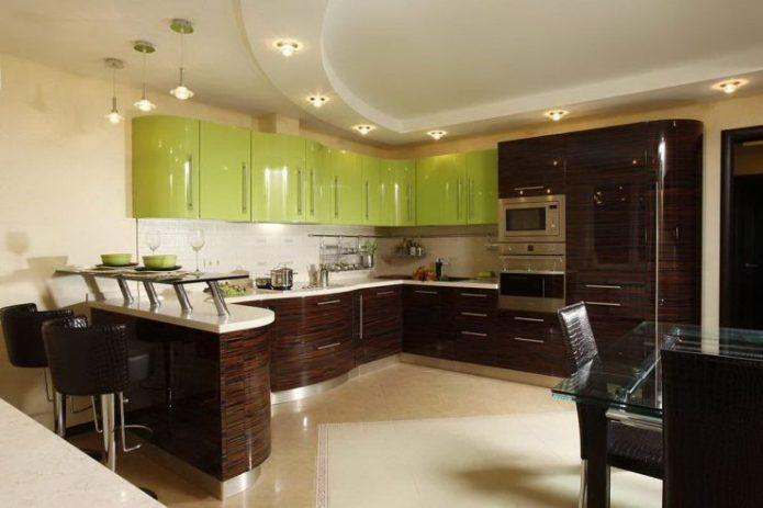Кухня с фасадами зеленого цвета и венге