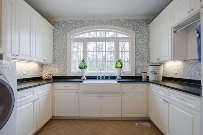 Белая кухня буквой П с окном