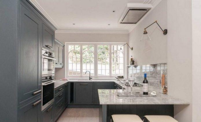 Светлая кухня с окном