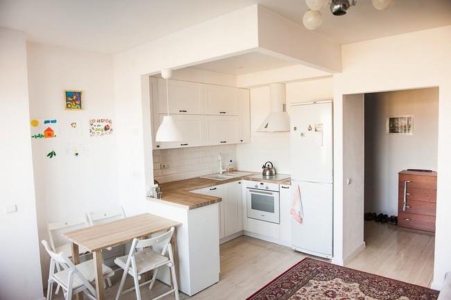 Белая маленькая П-образная кухня