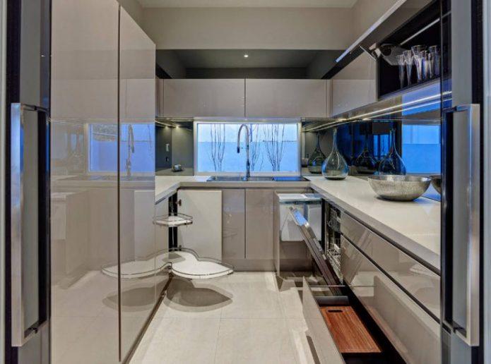 Кухня буквой П серого цвета