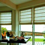 Светлые римские шторы в интерьере комнаты