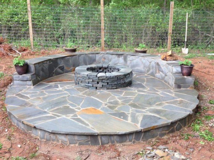 Патио из камня с очагом в центре