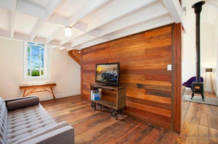 Обшивка стен ламинатом в гостиной